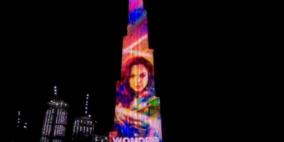 دبي تحتفل بممثلة إسرائيلية وتضع صورتها على أهم معالمها