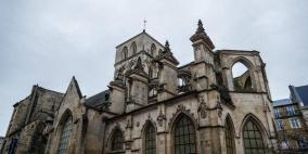 فرنسا: إصابة ثلاثة أشخاص في اقتحام سيارة لكنيسة بالخطأ
