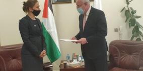 المالكي يتسلم نسخة من أوراق تعيين ممثلة الصليب الأحمر لدى فلسطين
