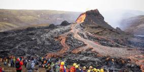 بركان أيسلندا يجذب الزوار لرؤية الحمم عن قرب