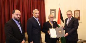 الرئيس يمنح أمين عام الصليب الأحمر اللبناني وسام بيت لحم