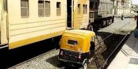 """ضجة في مصر.. """"توك توك"""" يسير بجانب قطار"""