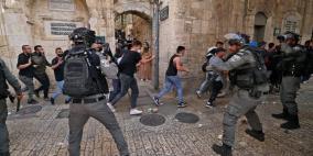 شاهد: قوات الاحتلال تقمع وقفة نصرة للنبي محمد عند باب العامود بالقدس