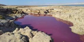"""الأردن.. مياه حمراء اللون """"غامضة"""" قرب البحر الميت"""