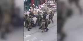 شاهد: فيديو يظهر 11 جندياً يعتدون بوحشية على معتقل فلسطيني مكبل