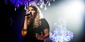 تهديد مُبطن من إسرائيل لمغنية بريطانية داعمة لفلسطين يضطرها لإلغاء حفل
