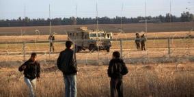 قوات الاحتلال تعتقل شابا مصابا على حدود غزة