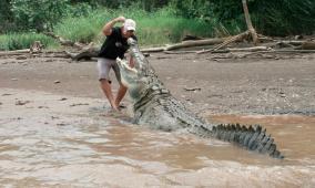 بعدما أدخل إصبعه بعينه.. رجل ينجو بأعجوبة من فكي تمساح