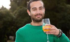 رجل يشرب البول للتخلص من الاكتئاب