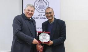 جامعة القدس تبحث مع العالم راماكريشنان تحويل الجامعة من ناقل للعلوم إلى مصدر منتج لها
