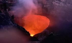 مغامر يستعد للسير على الحبل فوق بركان نشط