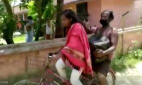 هندية ووالدها المشلول يقطعان مئات الكيلومترات هربا من الجوع