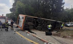 19 إصابة بحادث طرق بين حافلة وسيارة قرب الشيخ دنون