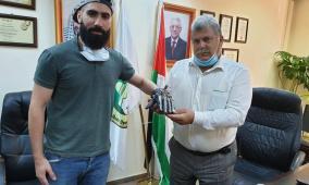 """طالب من """"القدس المفتوحة"""" يطور قفازات يحول حركات الإشارة إلى نصوص"""