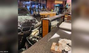 فيديو.. سيدة تقتحم مخبزا بسيارتها وتحطم محتوياته