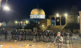 53 إصابة .. الاحتلال يجبر المواطنين على الخروج من الأقصى