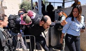 الاحتلال يعتدي على المقدسيين في باب العمود ومواجهات بالرام