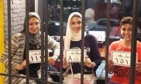 مطعم مصري على هيئة سجن والزبائن يأكلون في زنازين