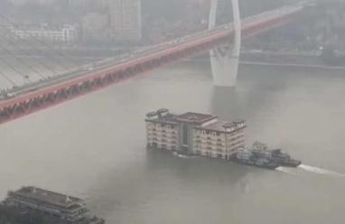 مبنى ضخم يعبر نهرا ويثير دهشة السكان