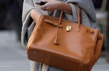 """صورة.. سيدة """"تصنع"""" حقيبة يد من جلدها!"""