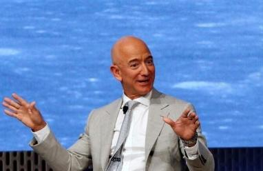 عريضة لمنع أغنى رجل في العالم من العودة إلى الأرض