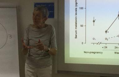 المستشارة البريطانية ماري ماكناب تحاضر في مستشفى المقاصد حول أسس العناية بالأم الحامل
