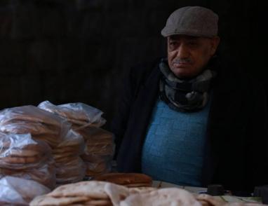 خبز على بسطة مُسن