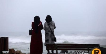 قصص أمام الامواج