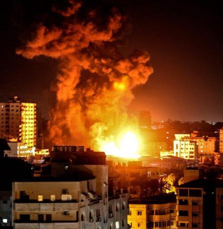 شاهد: سلسلة غارات إسرائيلية عنيفة على قطاع غزة