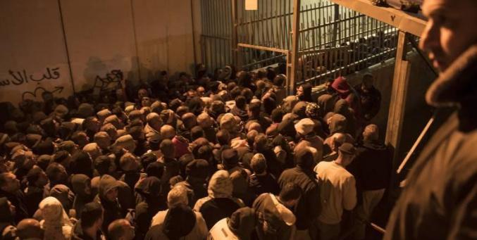 """""""سماسرة التصاريح""""... اسرائيليون وفلسطينيون يرهقون جيب العامل"""
