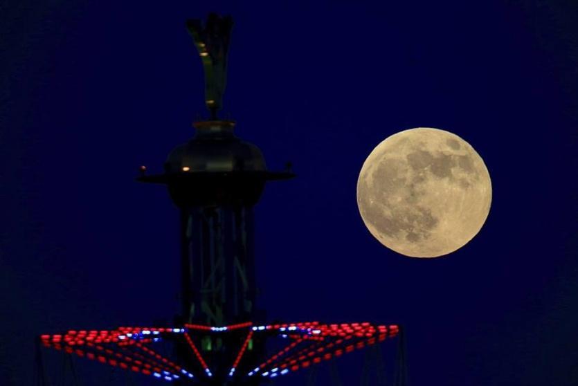 القمر العملاق في سماء فلسطين