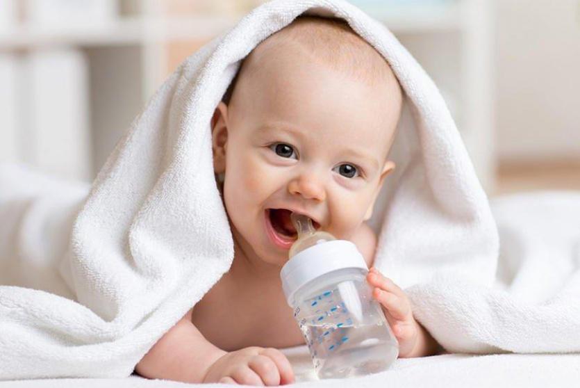 طفل يشرب الماء