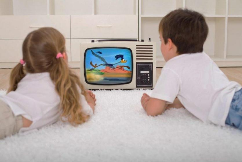 اطفال امام التلفاز