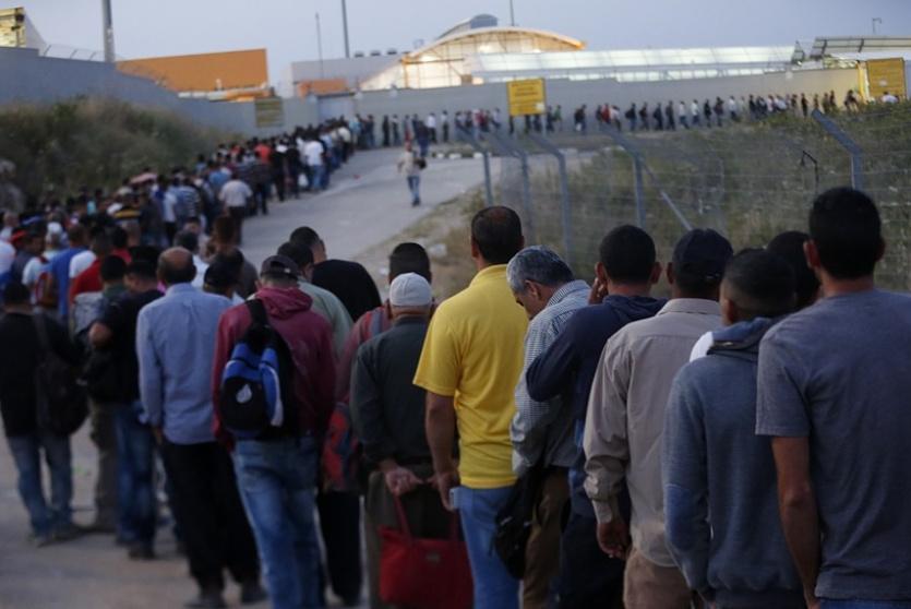 عمال فلسطينيين ينتظرون على حاجز الجلمة